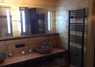 salle-de-douche-spa-bois-pierre-authentique